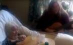 La fille rend visite à sa mère à l'hospice et lui chante une chanson. Ce qui se passe à 0:30 m'a fait monter les larmes aux yeux.