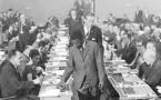 Jeu de dames - Le regretté Sénégalais Baba Sy en partie simultanée en Hollande (1962)