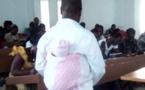 Bouaké : Pour faire cesser ses pleurs, un professeur porte l'enfant d'une étudiante pendant les examens