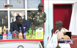 Vidéo: Sa Ndiogou invité en Gambie pour aller déloger Jammeh, il refuse et il fait dans son froc, version Kouthia. A mourir de rire. Regardez!