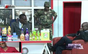 """Vidéo: Bouba Ndour convoqué au Ministère des Forces Armées pour faire l'émission """"Jakaarlo bi"""" en Gambie, version Kouthia. Regardez!"""