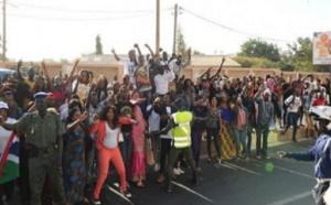 """Vidéo - Départ de Yahya Jammeh: les Gambiens crient  """"démal té boul délou siwatt"""""""