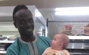 Photo: Sadio Mané a croisé un futur fan dans un supermarché