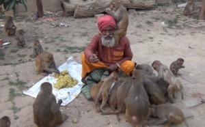 VIDEO - Un vieil homme hindi donne au monde une leçon d'humanité