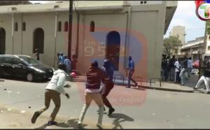 Regardez comment les forces de l'ordre traitent les manifestants !