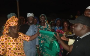 Ndoye Bane offre une machine de moulin