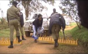 Arrêt sur image - La chef de l'opposition Ougandaise Ingrid Turinawe confrontée aux forces de sécurité...