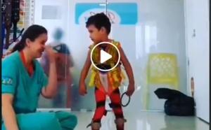 Arrêt sur image - Le bonheur d'une kiné quand un enfant #handicapé se met à marcher pour la première fois...