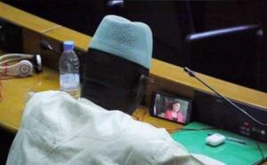 INSOLITE: Un député regarde Pod et Marichou pendant les plénières