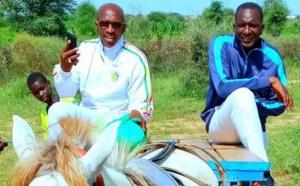 L'humilité du Dg de l'Artp, Abdoul Ly n'est plus à prouver, sur ces photos on le voit au champ avec les gens du village. Regardez!
