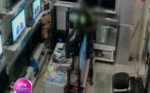 Vidéo-Un homme filmé en direct entrain de voler un téléphone dans un magasin