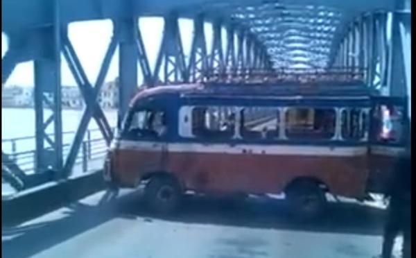 Vidéo- L'indiscipline caractérisée d'un chauffeur qui tentait de faire un demi-tour sur Pont Faidherbe