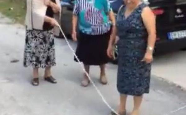 Vidéo: Grand-mère nostalgique des folies d'ado!!