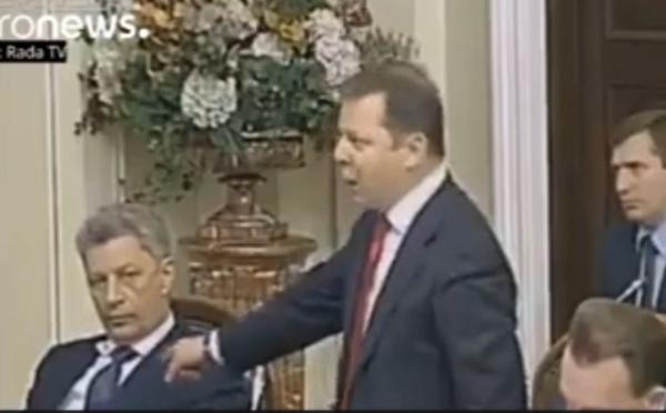 Vidéo: Accusé d'être à la solde de Moscou, un député ukrainien réagit avec des coups de poing