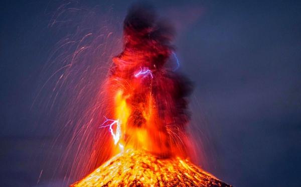 Incroyable éruption du volcan de Colima de Mexico, regardez
