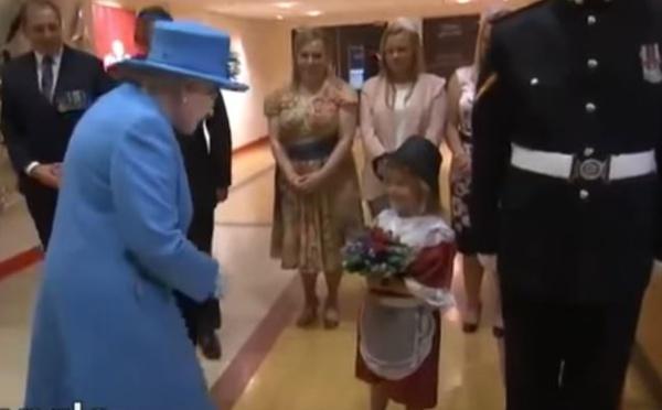 Vidéo: Une petite fille frappée par un soldat devant la reine d'Angleterre