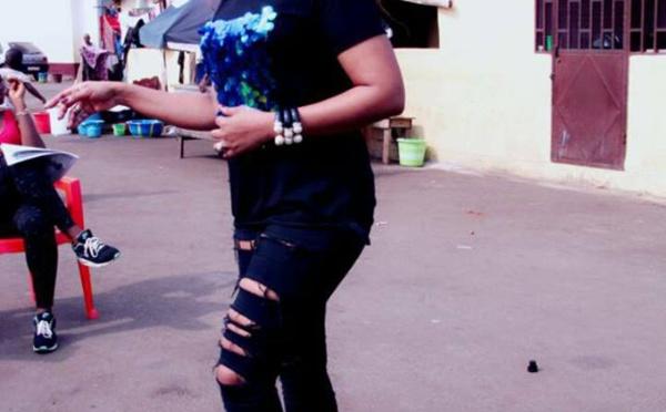 3 photos : Viviane Chidid version jeans déchiré