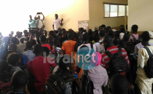 (Photos) Urgent: Les étudiants empêchent Babou Diakham de faire son point de presse et veulent qu'il quitte son poste