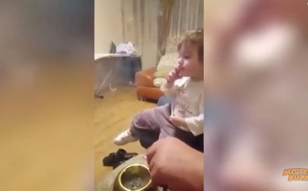 Cette fillette de 2 ans fume une cigarette et ses parents ne disent rien...