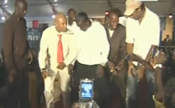 """[Video] Akon chante avec Thione et """"dialgati"""" avec ses amis Dioufy et Drogba. C'est fun! »"""