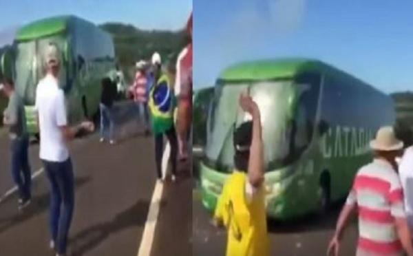 (Vidéo) Incroyable – Les Brésiliens accueillent Neymar et Cie avec de grosses pierres !