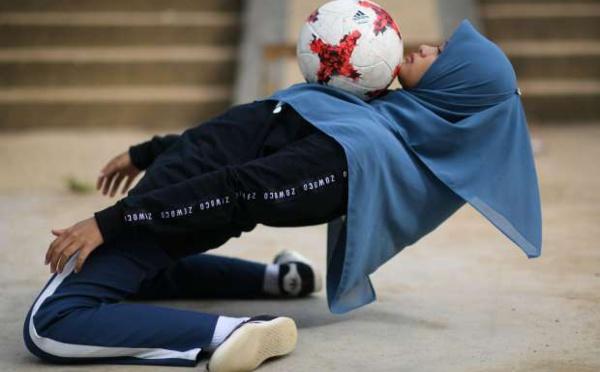 Malaisie: Voilée et fan de football freestyle, elle explose les préjugés !
