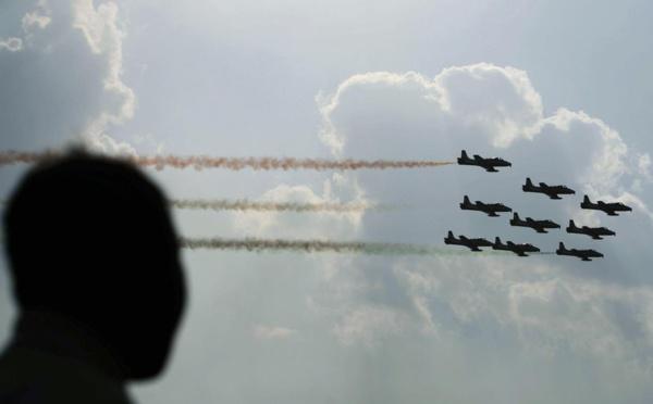 VIDEO - Inde: deux avions se percutent en plein vol lors d'un exercice de voltige