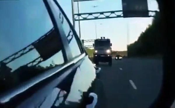 VIDEO - Un camion veut le dépasser alors qu'il roule déjà à...160 km/h !