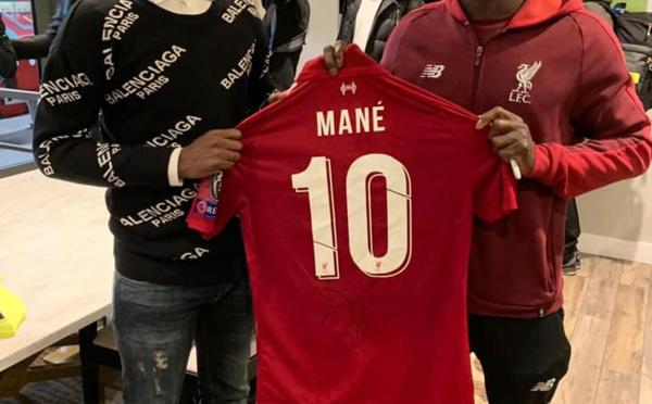 Arrêt sur images: Birane Ndour en toute complicité avec Sadio Mané qui lui signe un autographe