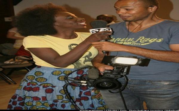 Photo : Adama Paris fait la journaliste pour Africa 7