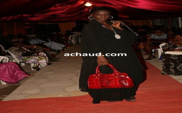 Mame Diarra Thiam allias lissa de un café avec ici en mode défilé avec ombélico