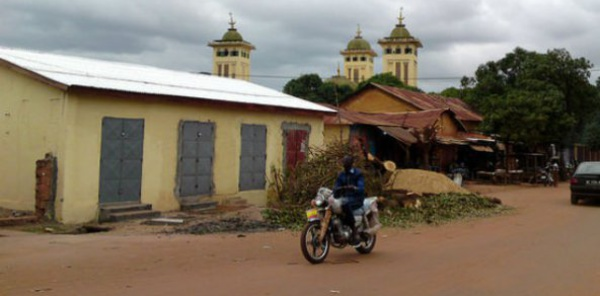 Guinée: un imam crée la polémique en dirigeant la prière en malinké