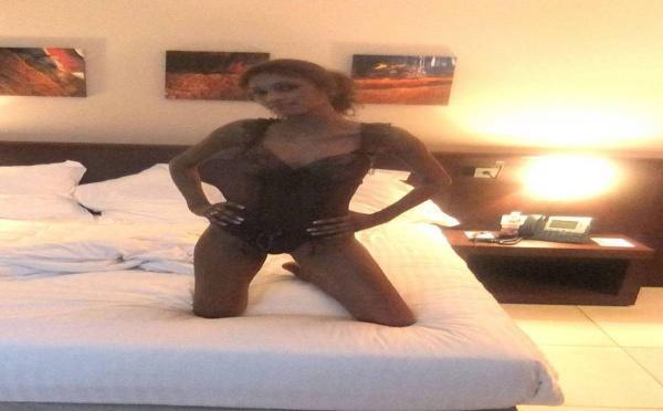 Photo : Le mannequin Magui Niang photographiée dans sa chambre à coucher par son ex-amant sur le point de se déshabiller