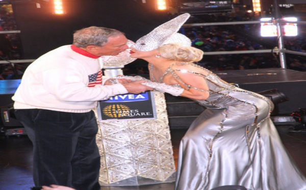 [Photo] Lady Gaga embrasse Michael Bloomberg, le maire de New York
