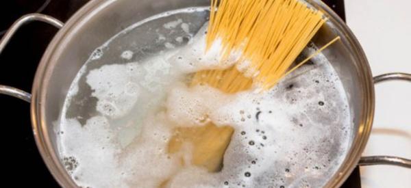 Pourquoi faut-il saler l'eau des pâtes avant ébullition ?