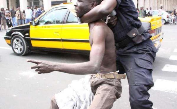Un manifestant malmené par les policiers