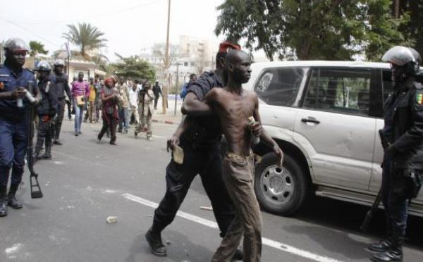Un manifestant de l'opposition arrêté mercredi 15 février à Dakar, au Sénégal.