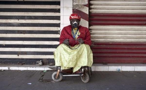 Insolite / Un mendiant porte son masque et prie