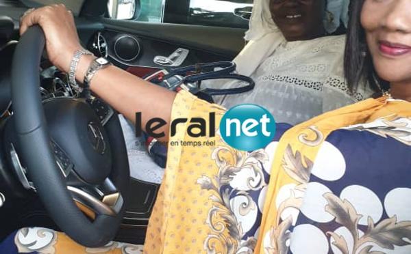 Sokhna Oumou Kalsom Sy à bord de sa luxueuse limousine offerte par Ahmed Kh. Niasse