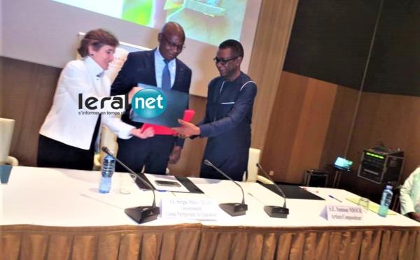 Les images de la signature de convention de Youssou Ndour au Partenariat mondial pour l'éducation, PME pour l'éducation des enfants dans les pays en voie de développement.
