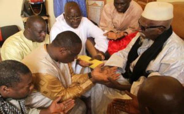 Macky Sall recueillant les prières de Serigne Sidy Makhtar Mbacké