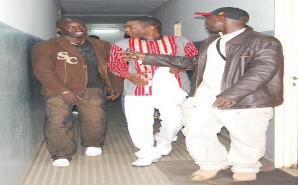Youssou Ndour et ses gardes du corps très complices