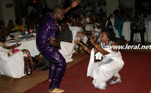 Djiby Dramé danse sous les applaudissements de madame