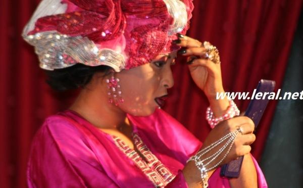 Amy Mbengue fait un relooking avant d'entrer sur scène