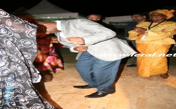 Le ministre Moustapha Guirassy esquisse des pas de danse