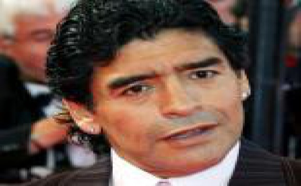 Diego Maradona s'en prend à des supporters pour protéger sa fiancée