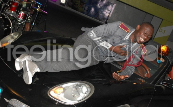 Pape Diouf fais son numéro sur une voiture !!!