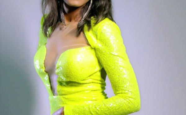 PHOTOS - Queen Biz toute pimpante en vert fluo, envoûte ses followers