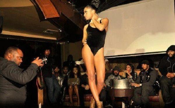 Le mannequin Aicha Ndiaye défile en tenue légère
