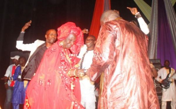 Assane Ndiaye sur scène avec sa maman